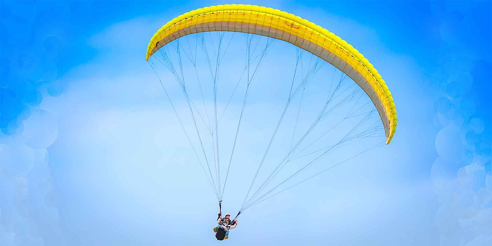 Paraglider bei Bir, einem Dorf in Himachal Pradesh, Nordindien. © Incredible India