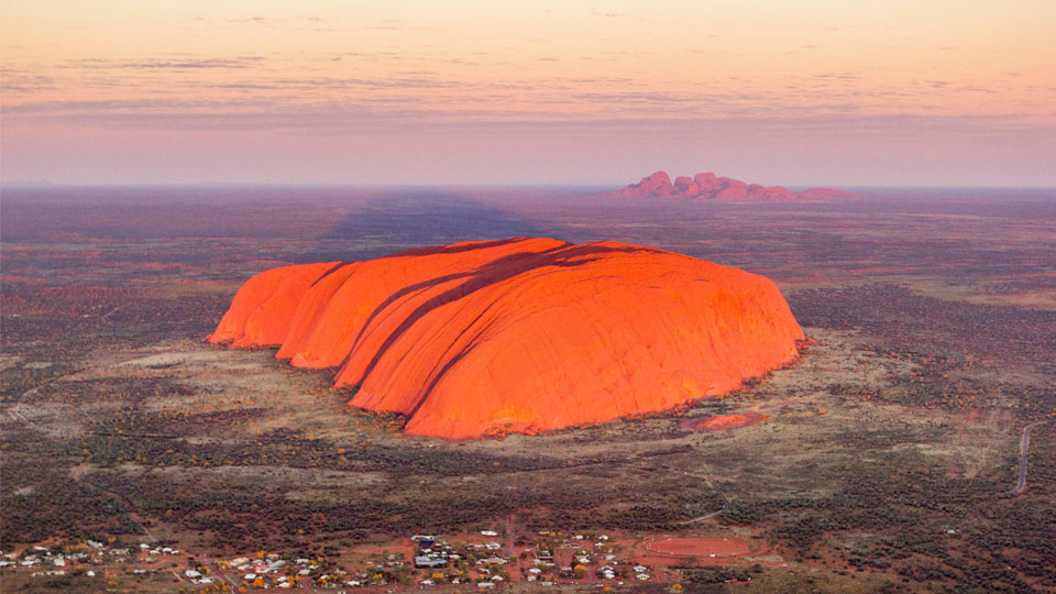 Uluru und Kata Tjuta bei Sonnenaufgang ©Jon Arnold Images Ltd/Alamy Stock Photo