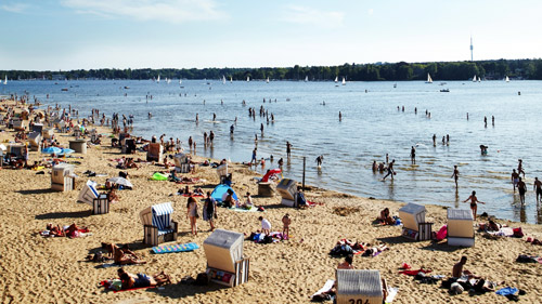 Ein Strand am Wannsee - (Foto: ©Mark Read/LP TRAVELLER MAGAZINE COLLECTION)