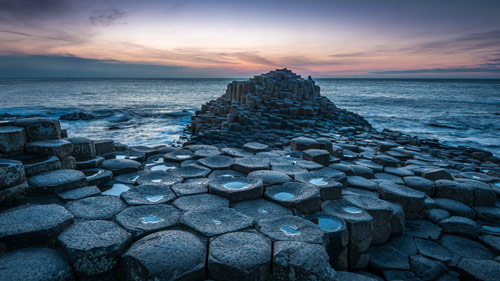 Basalt Säulen im Meer am Giants Causeway, Nordirland - (Foto: ©Greg Sinclair/500px Royalty Free)