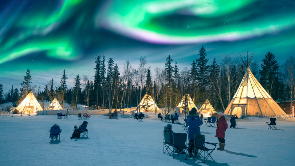 Auroras über Tipis in Yellowknife - (Foto: @Phung Chung Chyang/ Shutterstock Royalty Free)