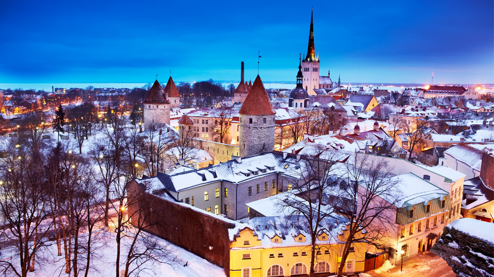 Winter-Wonderland: Tallins schneebedeckte Altstadtalls © Matt Munro/Lonely Planet